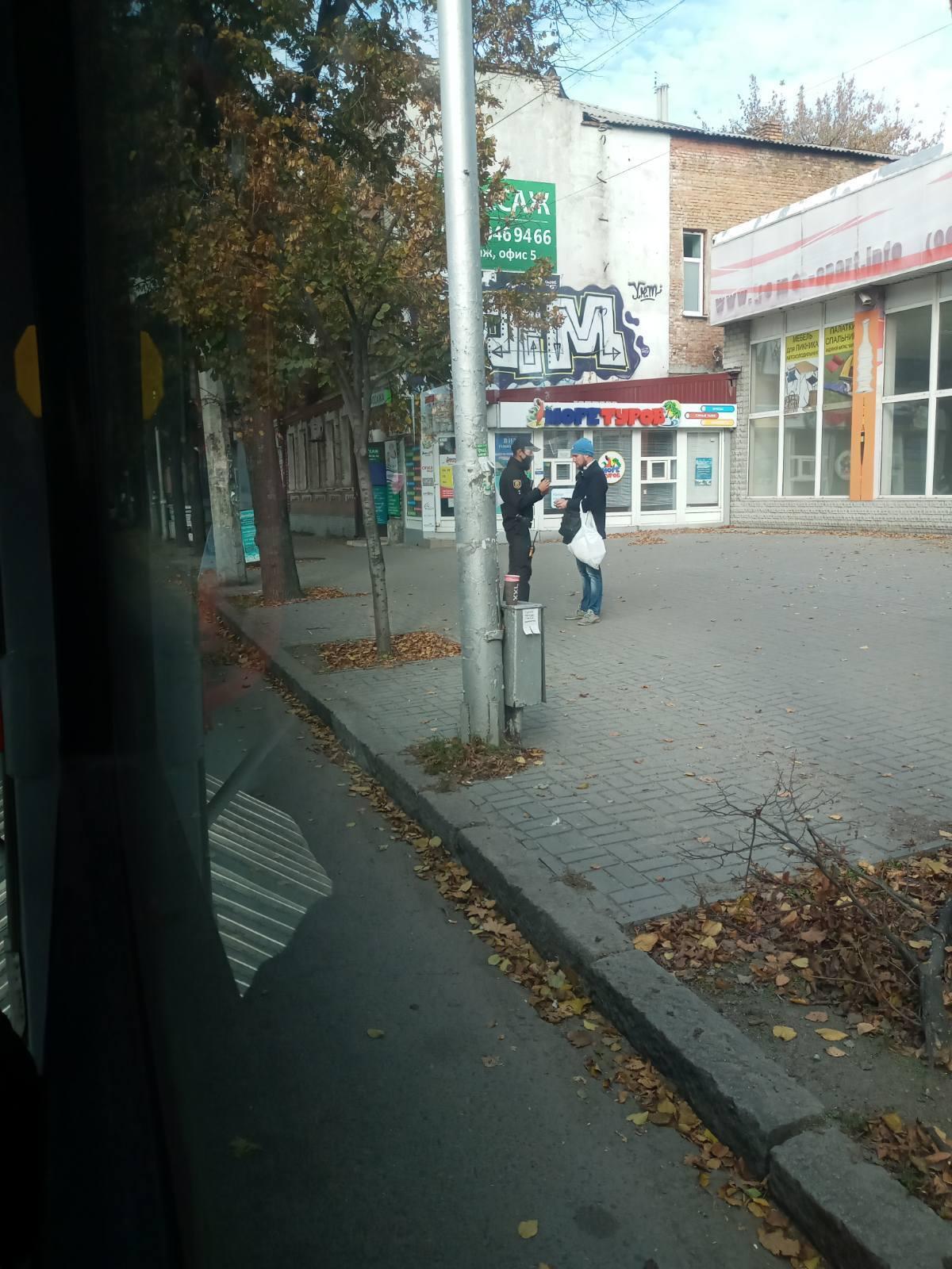 Нарушителя вывели на улицу