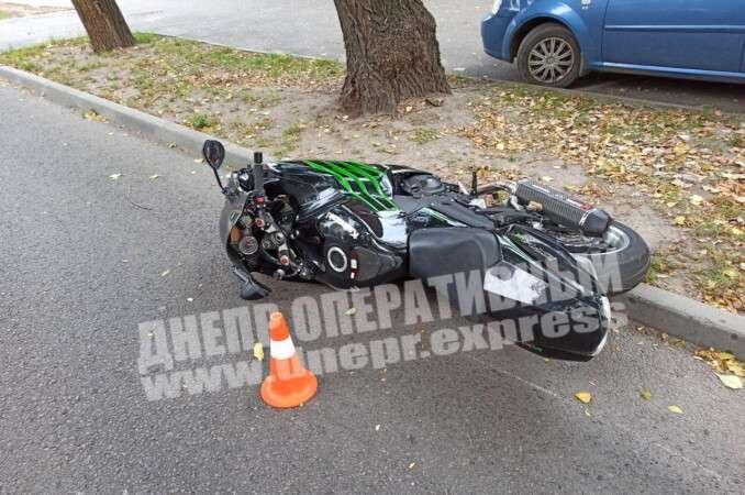 В Днепре столкнулись легковушка и мотоцикл.