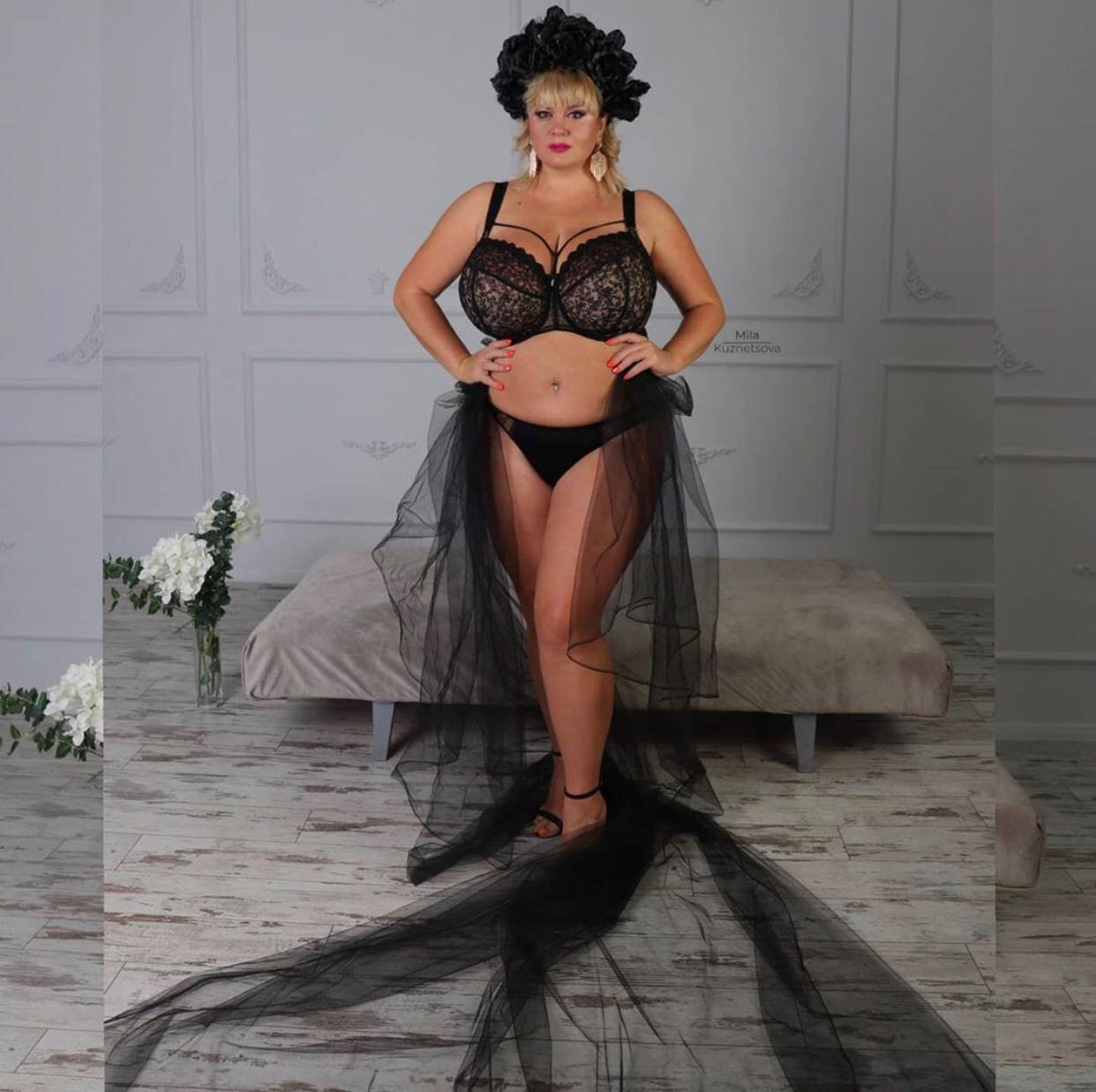 Модель с 13-м размером груди показала пикантные фото в белье