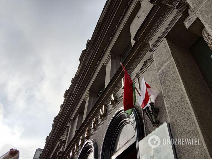 Протестующие повесили возле входа в ГУМ в Минске БЧБ-флаг