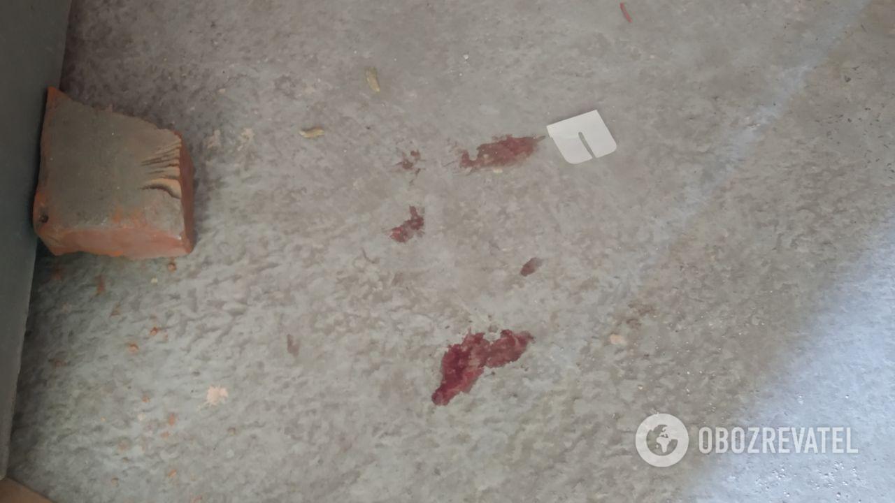 На підлозі залишилися сліди крові