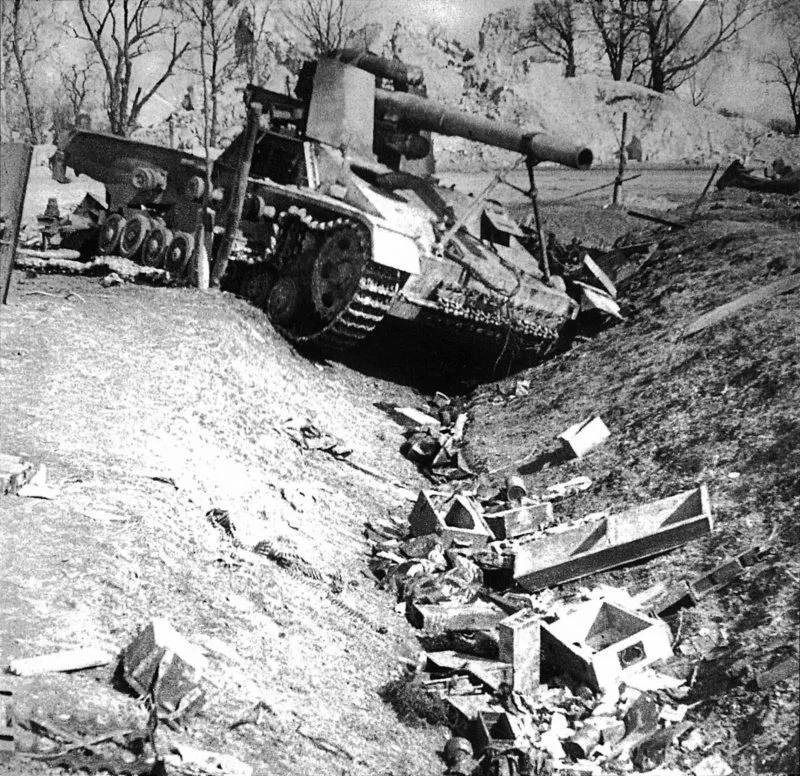 Самоходка Hummel, уничтоженная советской артиллерией. Львовская область, 1944 год