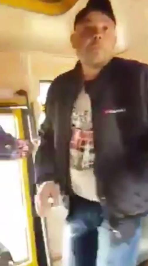 Мужчина начал шарпать пассажирку за руки выталкивать из автобуса