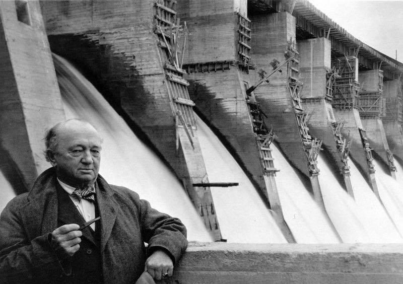 Американський будівельник Г'ю Купер на фоні ДніпроГЕСу