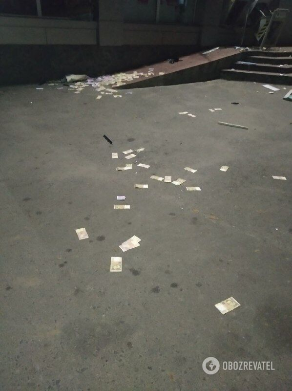 Деньги раскидало после взрыва