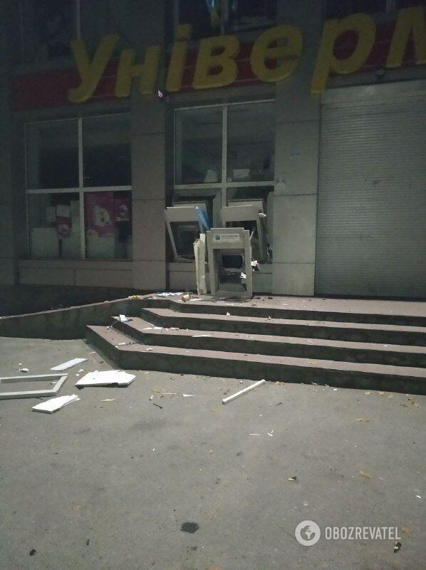 Банкоматы были встроены в стену магазина