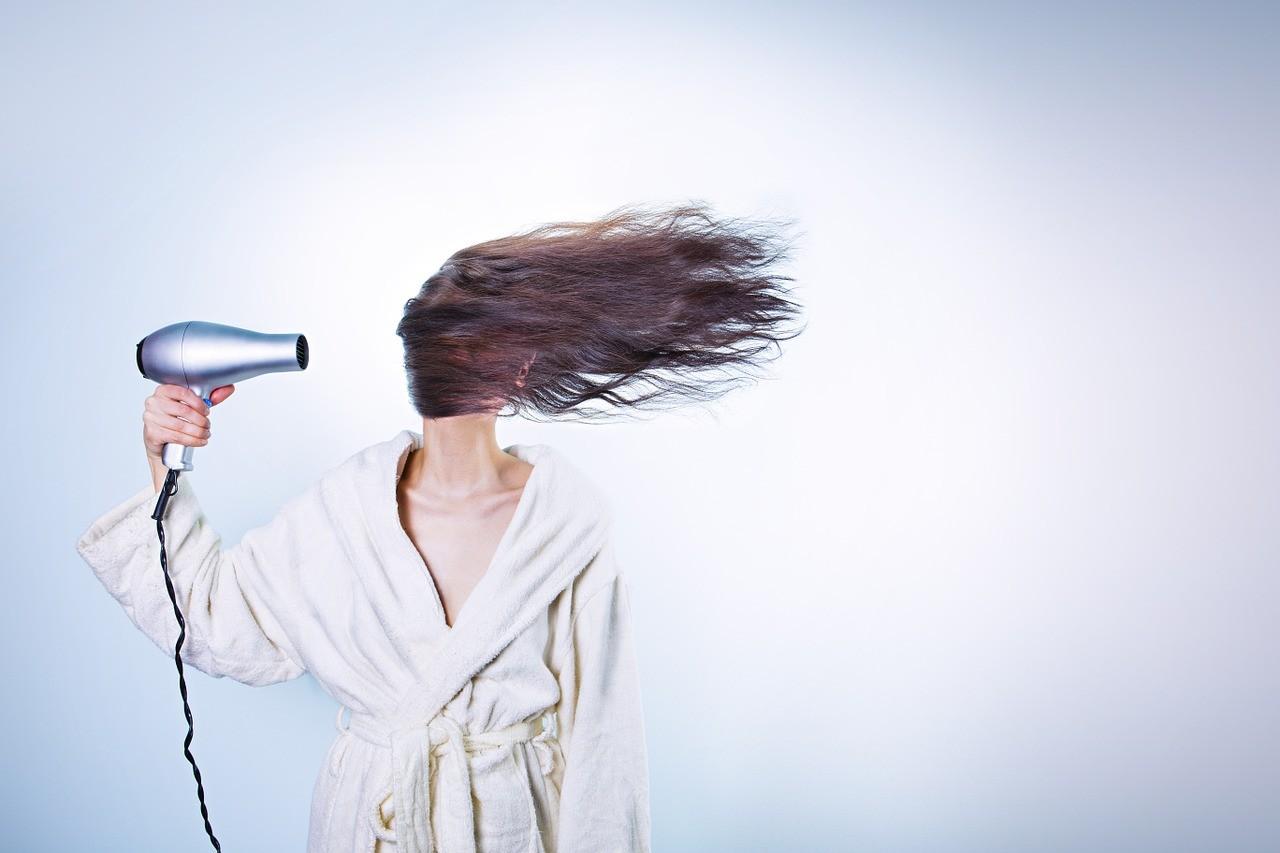 Стилист Виктории Бекхэм рассказал о главных женских ошибках в уходе за волосами