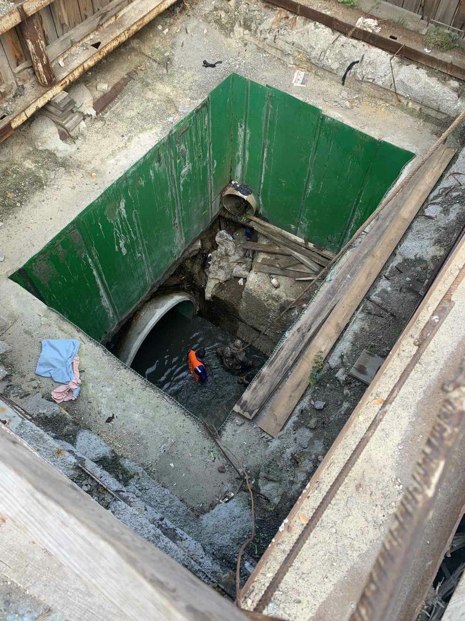 В Киеве четверо рабочих пострадали во время аварии в коллекторе, один погиб.