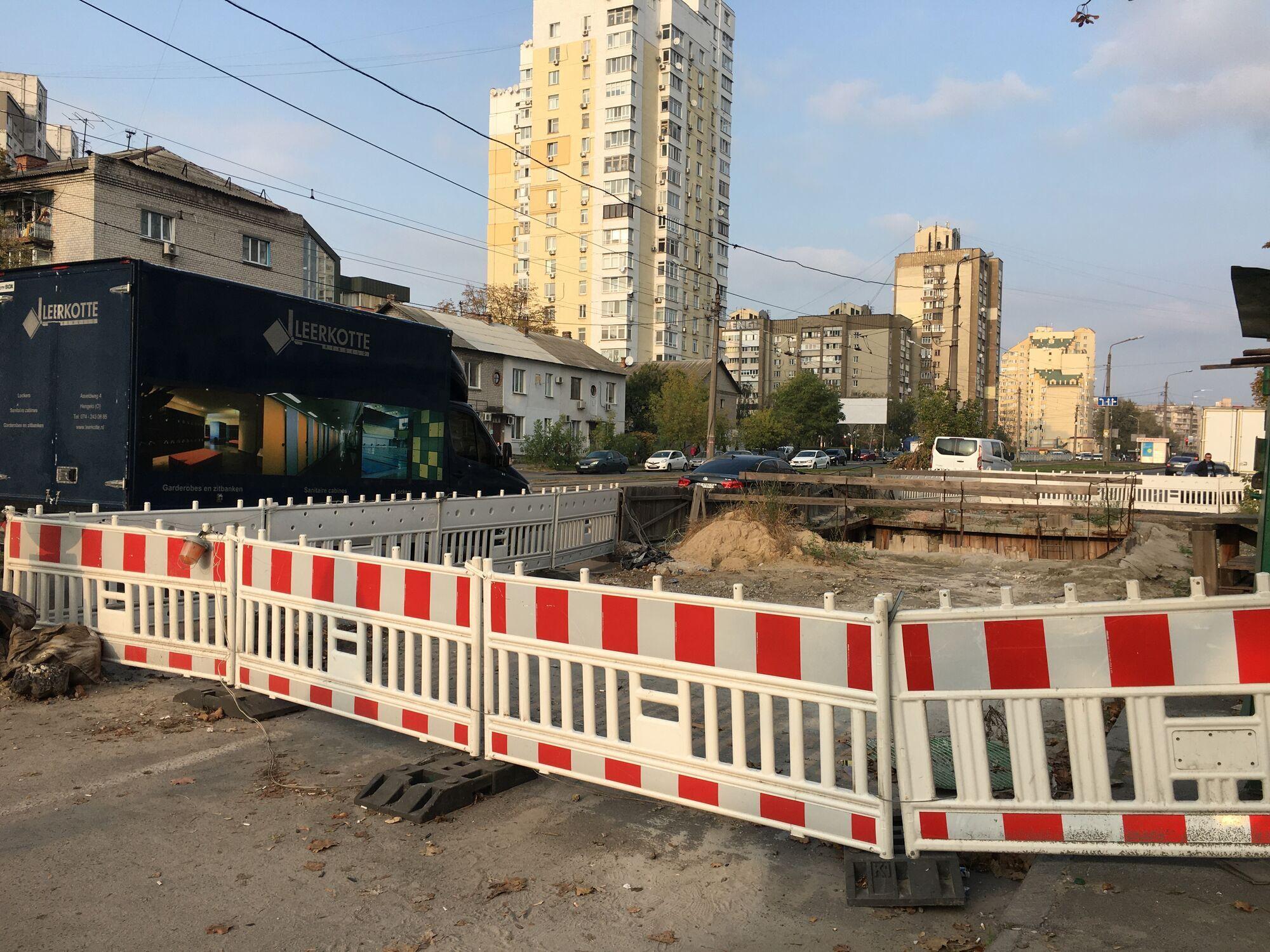 Инцидент произошел на перекрестке Тростянецкой и Харьковского шоссе .