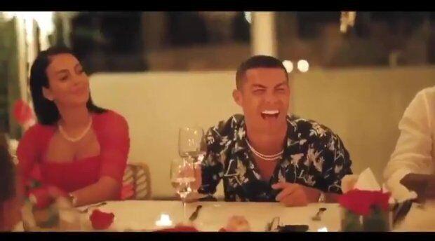Роналду смеется с бокалом вина в руках
