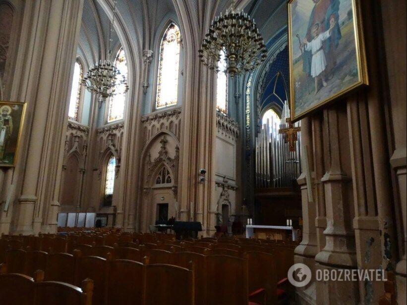 Головна зала костелу, в якій встановлено орган