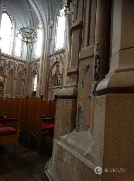 Найбільшої шкоди завдала вода, яка затікала в будівлю через діри в даху й до проведення ремонту покрівлі завдала чималої шкоди