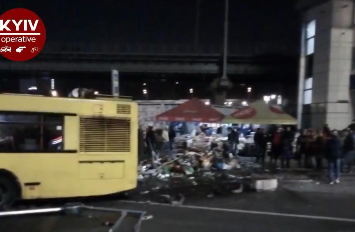 Маршрутка снесла палатку с продуктами
