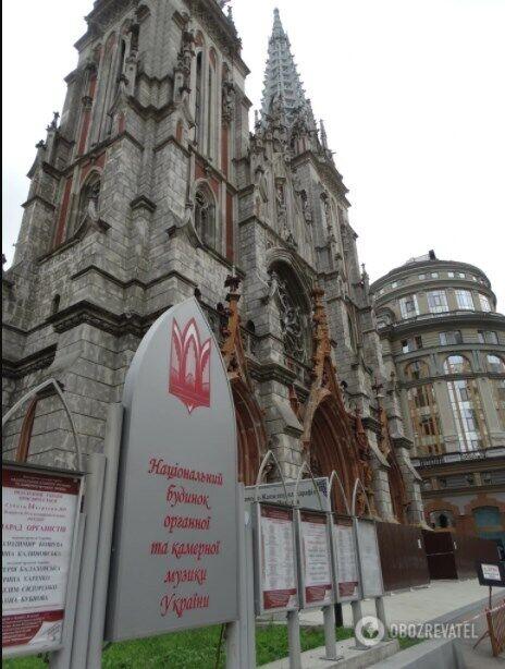 Наразі вірянам парафії Святого Миколая і митцям із Будинку органної музики доводиться ділити одне приміщення