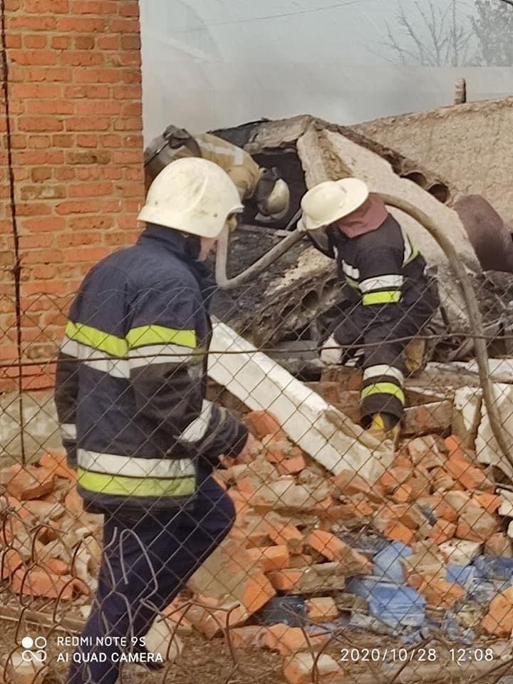 Спасатели разбирают завалы после взрыва на Харьковщине