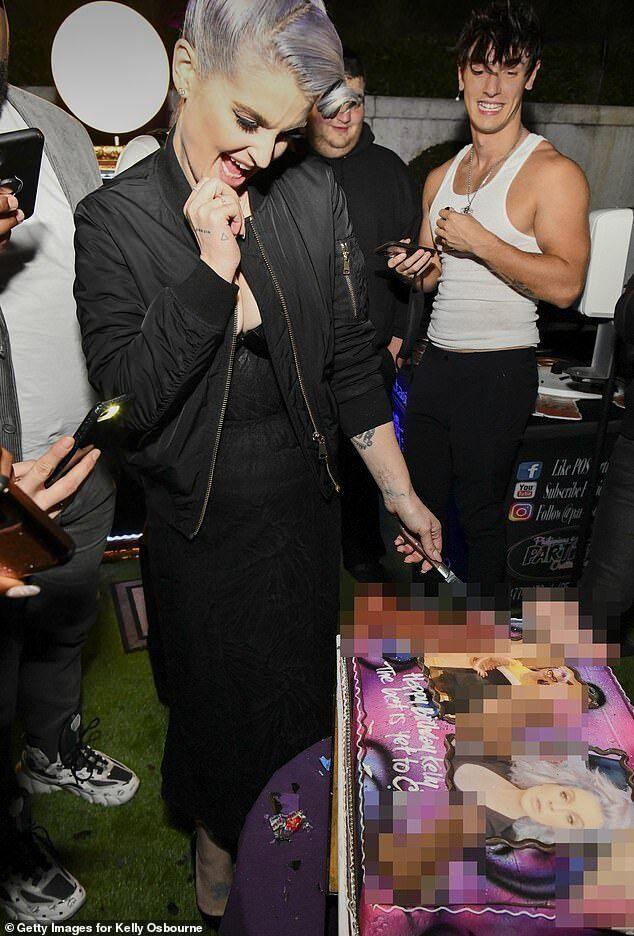 Келлі Осборн похвалилася фігурою в чорній сукні з декольте