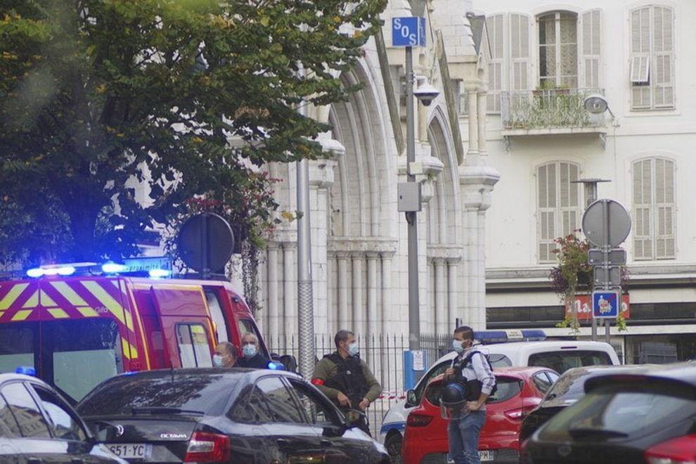 Полиция возле католической церкви в Сартрувиле