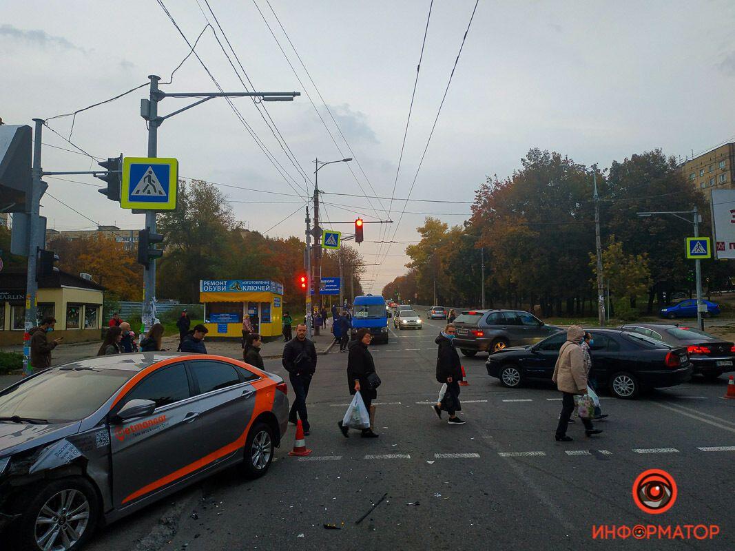 В Днепре попавшее в ДТП авто вылетело на тротуар и сбило двух пешеходов. Фото