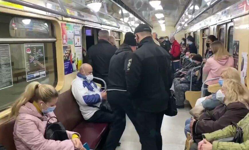 Одного из пассажиров без маски вывели из вагона.
