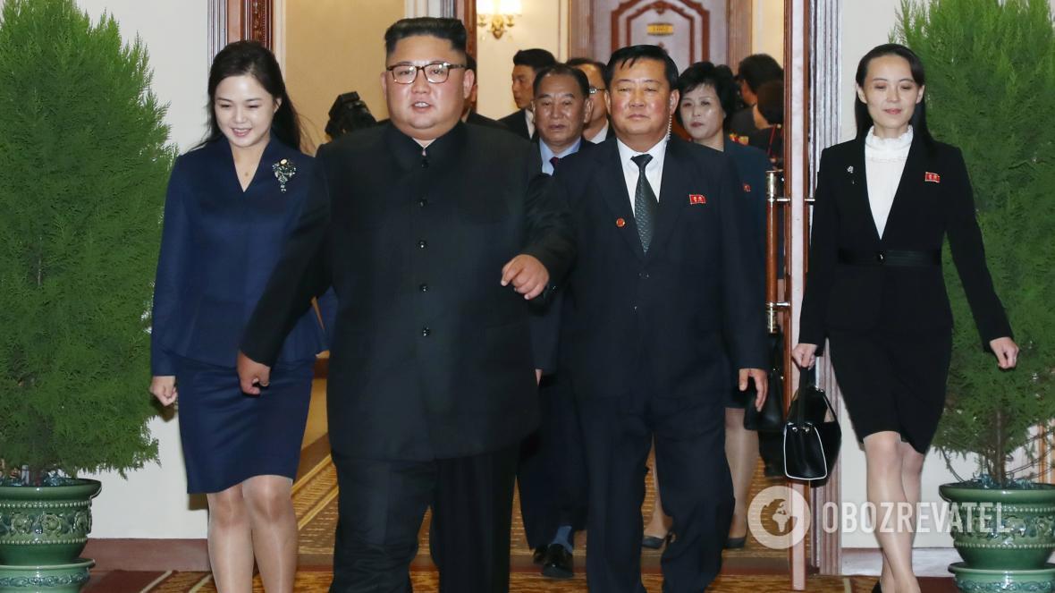 Жена Ким Чен Ына, Ри Соль Джу (слева), не появлялась на публике с нового года, в то время как его сестра Ким Е Чжон (справа), похоже, впала в немилость