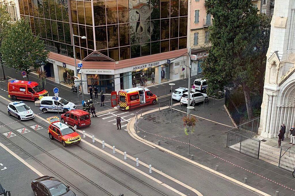 В центре Ниццы неизвестный с ножом убил троих людей