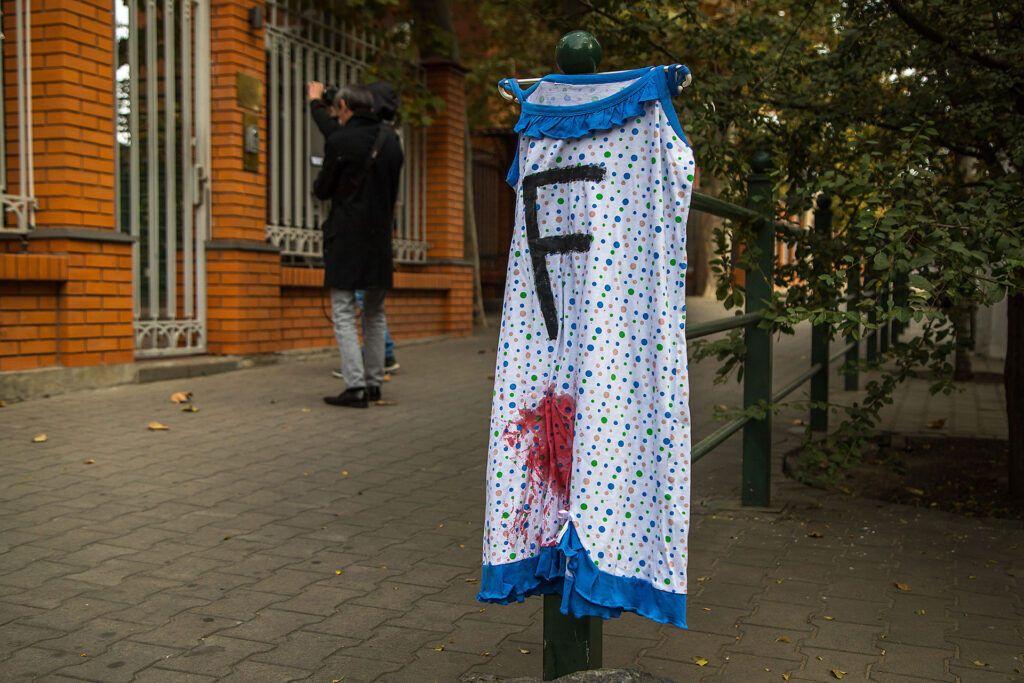 """Активистка оставила у здания """"окровавленную"""" одежду."""