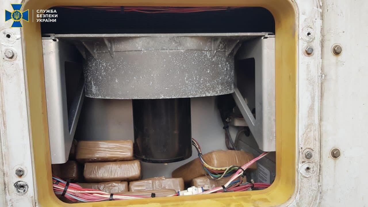 Брикеты с кокаином лежали в пустотах контейнера