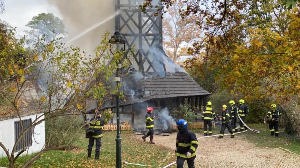 Огонь охватил все здание деревянной церкви в Садах Кинских.