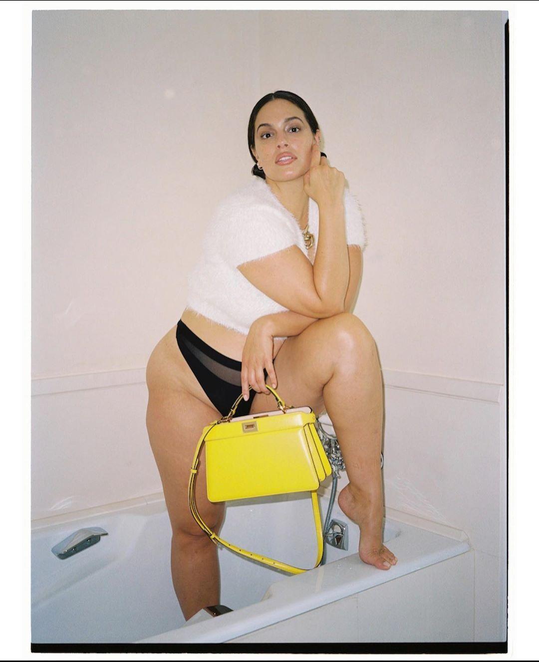 Эшли Грэм поделилась пикантными снимками.