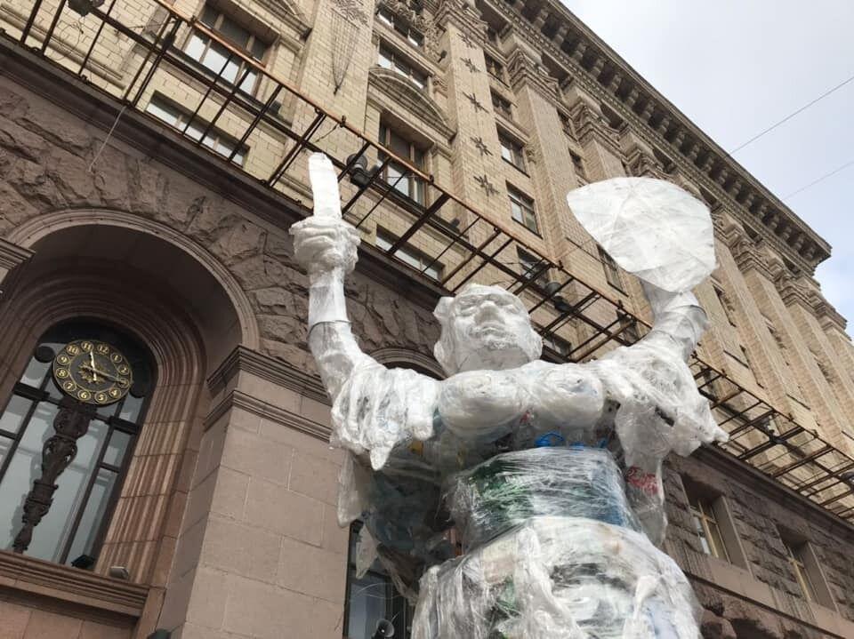 """Під КМДА встановили """"сміттєвий"""" 5-метровий монумент"""