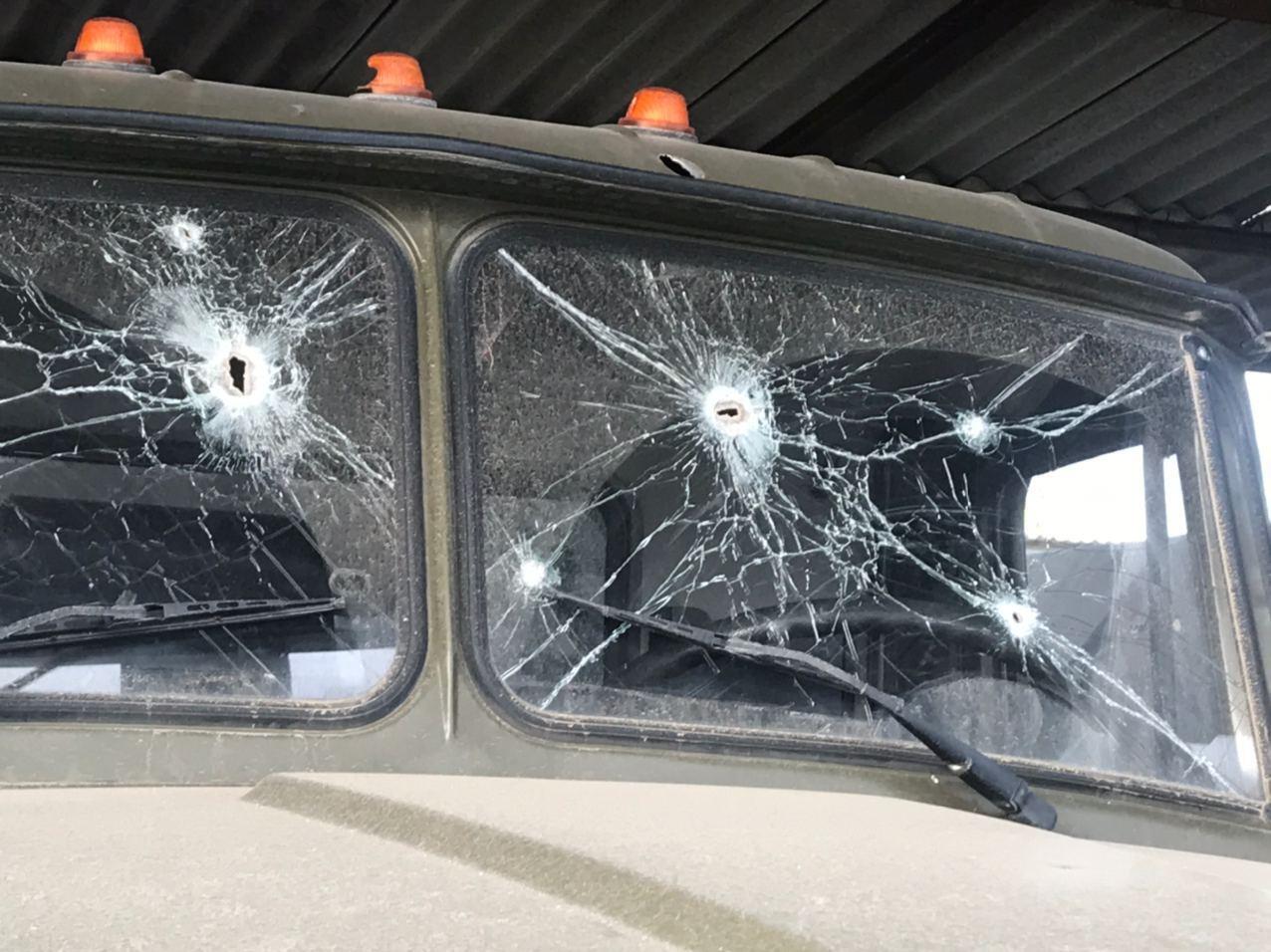 На стеклах видно следы обстрелов.