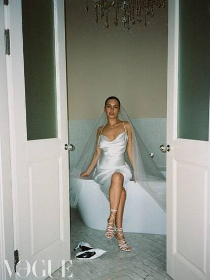 Ольга Серябкіна позує у весільній сукні