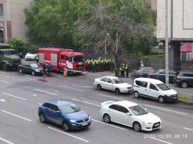 Также дежурят машины пожарной помощи