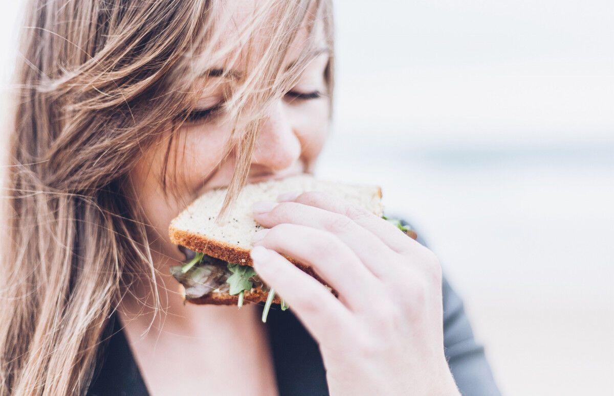 Дієтологиня розповіла, як не набирати вагу від стресів