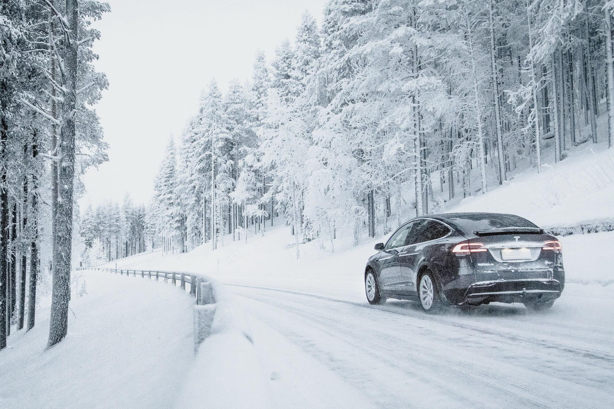 Специально для владельцев внедорожников и тяжелых кроссоверов компания Nokian Tyres предлагает фрикционные зимние шины с более прочной конструкцией и усиленными боковинами