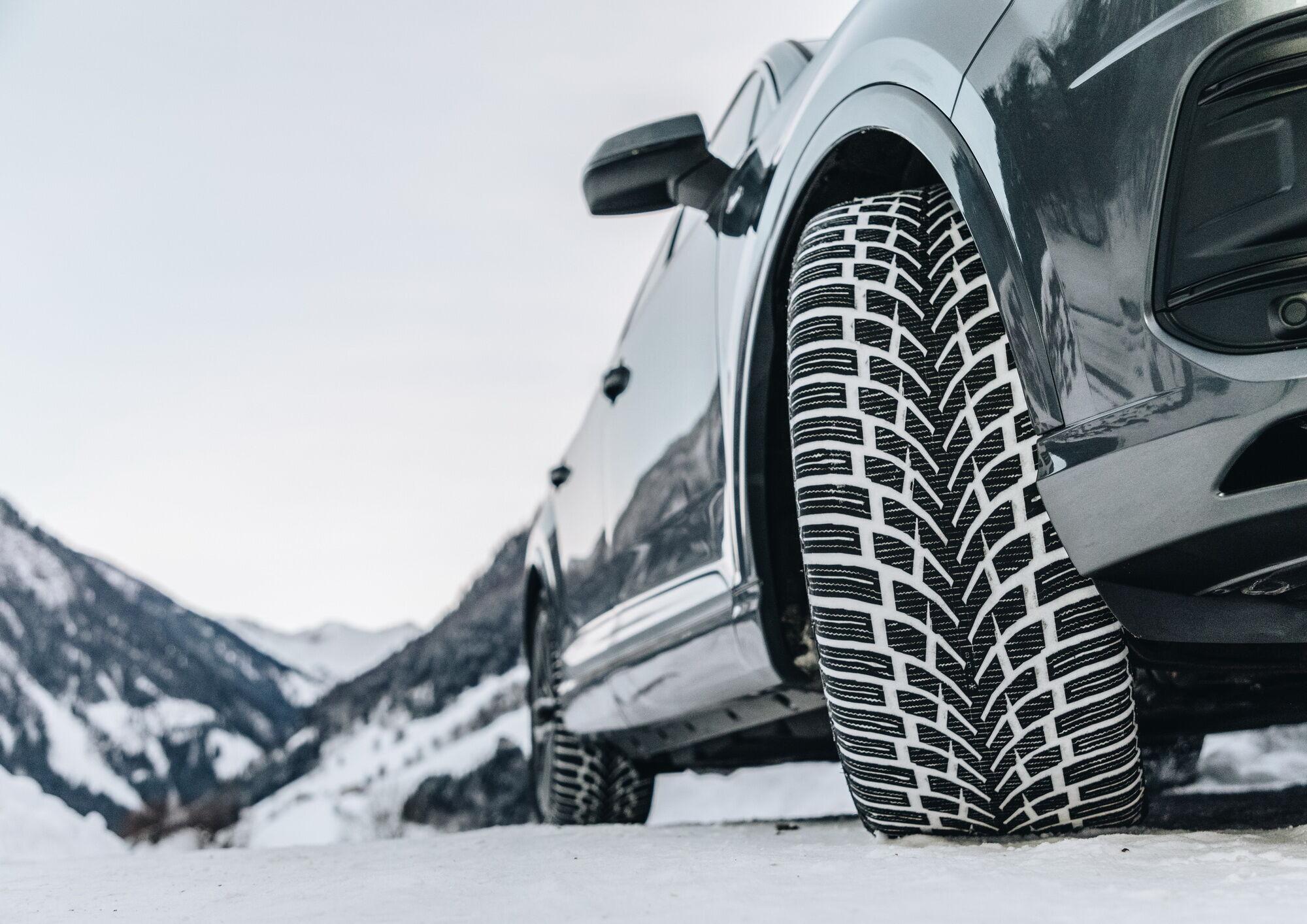 Для лучшего отводы воды и мокрого снега из пятна контакта протектор Nokian WR SUV 4 снабжен разветвленной сетью канавок и ламелей разных типов и форм