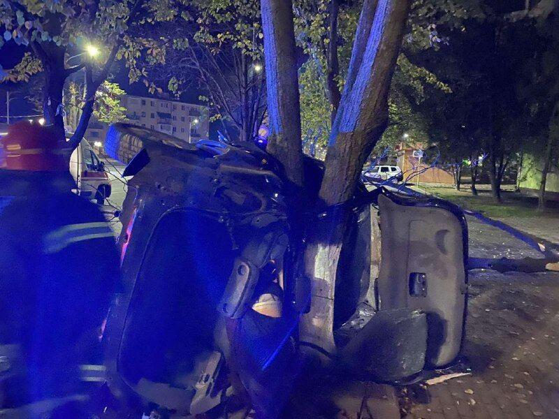 Гидравлическими ножницами работники ГСЧС срезали крышу и двери автомобиля