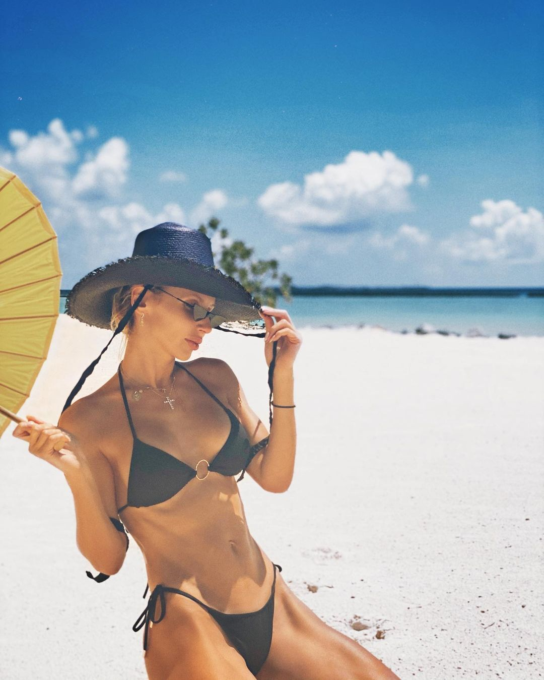 Лобода доповнила образ сонцезахисними окулярами, чорним капелюхом і парасолькою.