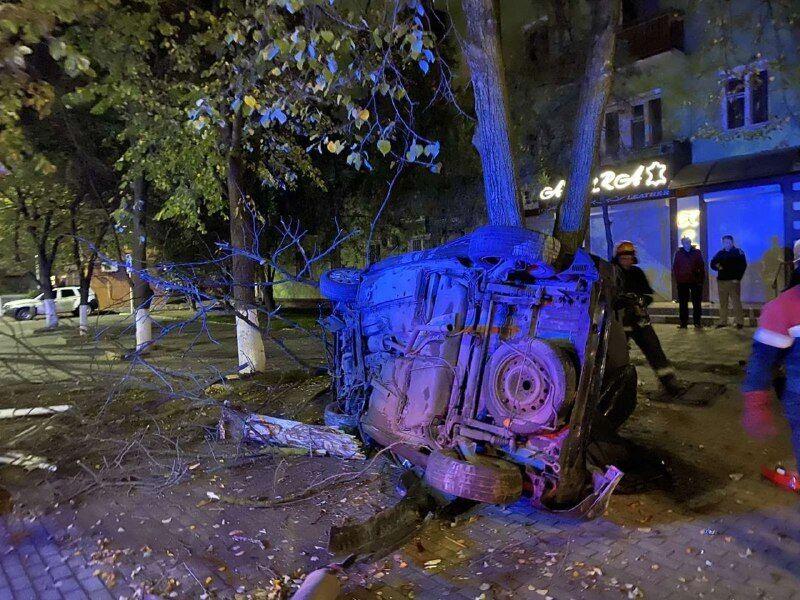 С помощью лебедки и буксира спасатели изъяли авто с дерева