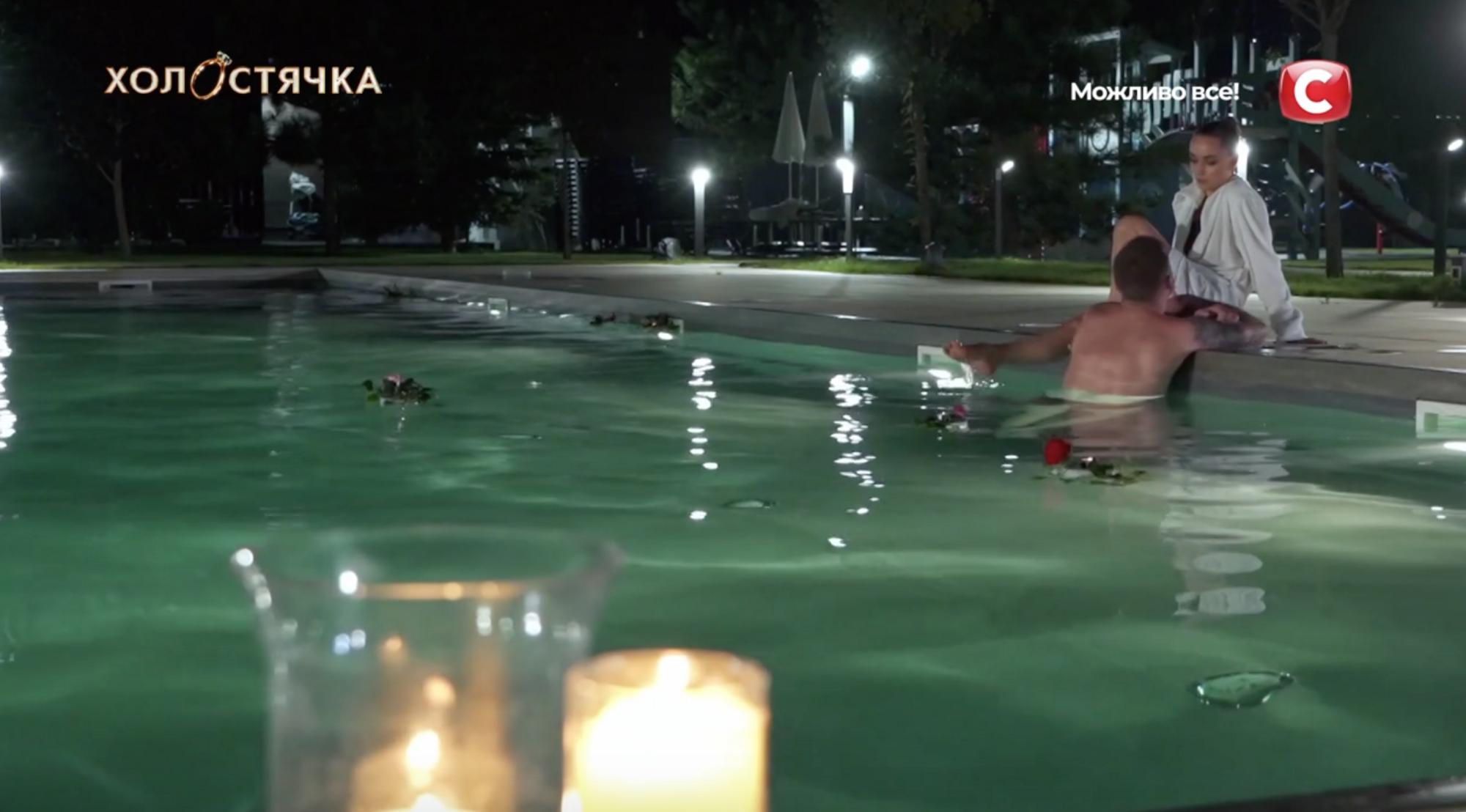 Ксения Мишина и Андрей Рыбак в бассейне