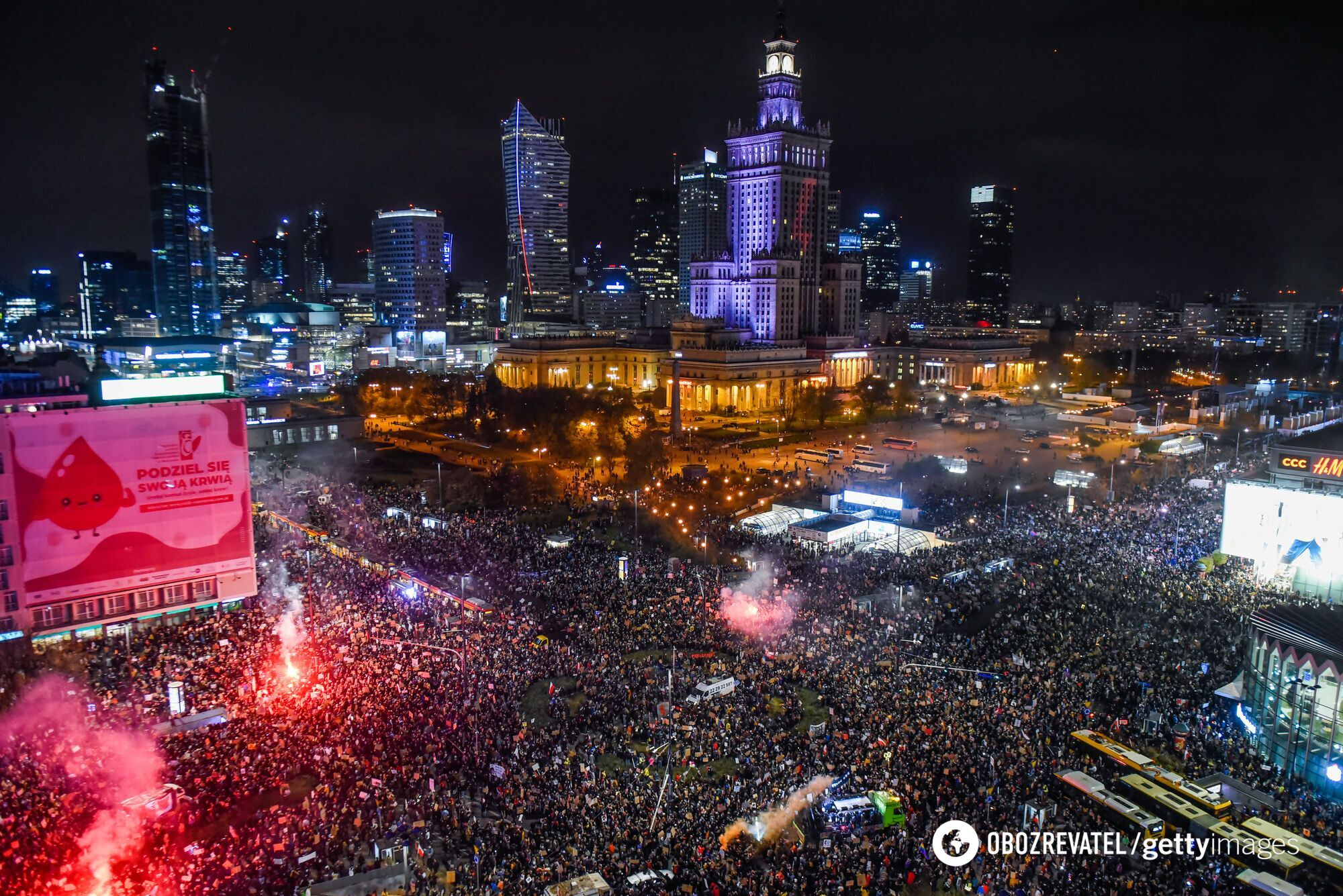 На площі зібралися близько 100 тисяч осіб.