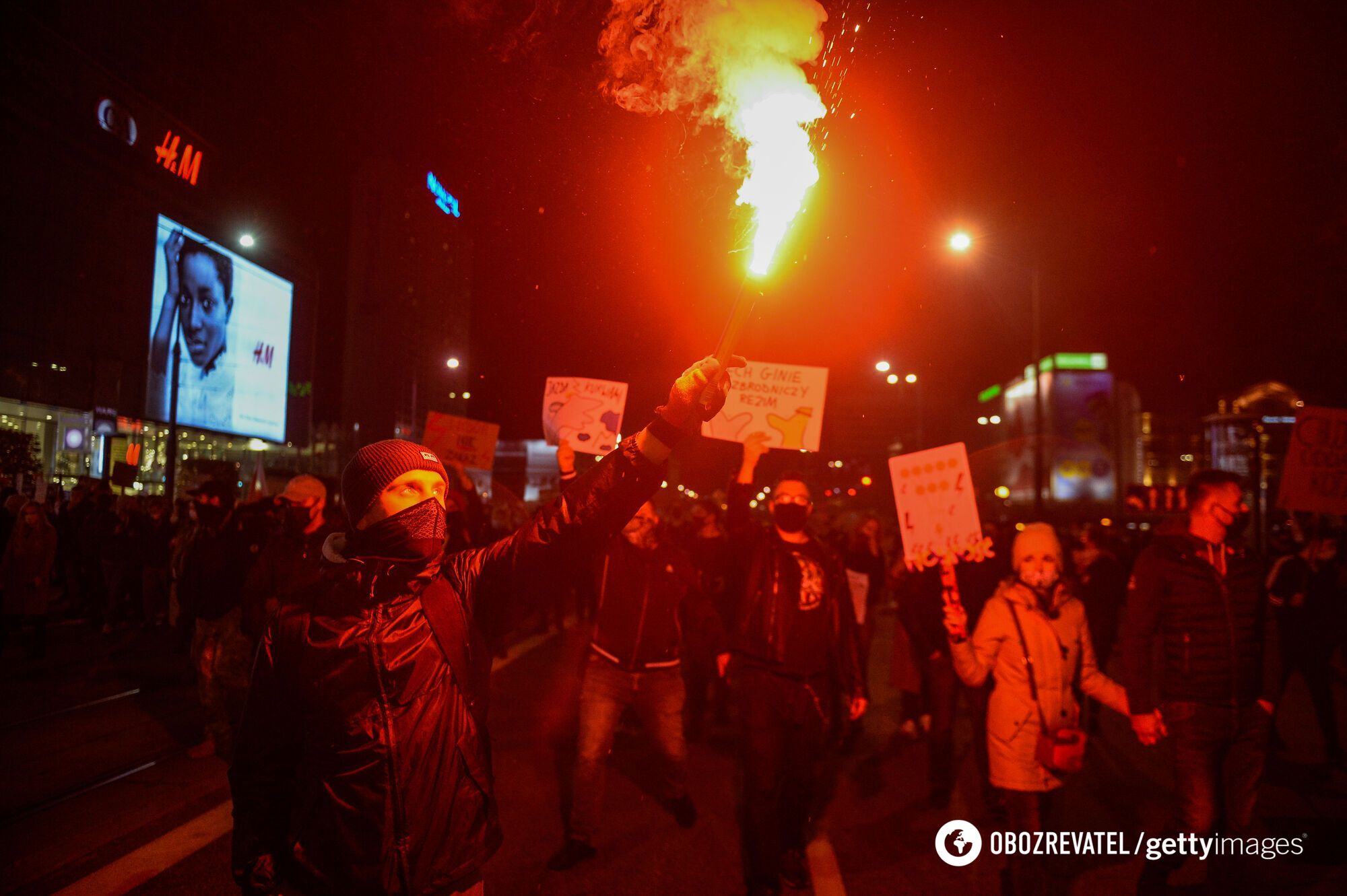 Протестувальники палили фаєри.