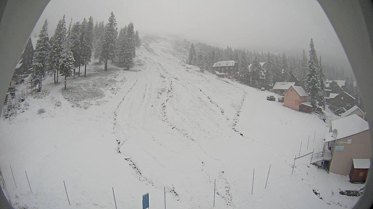 На горнолыжных курортах заснежило.