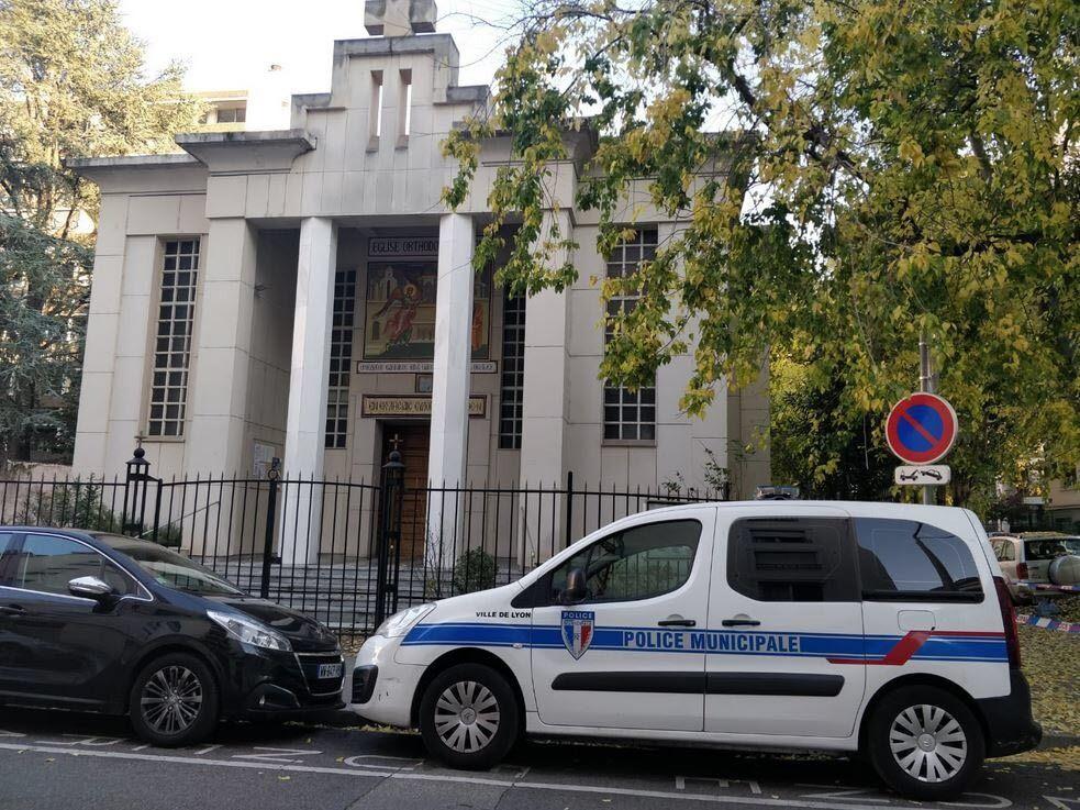 По данным МВД, ранение получил священник.
