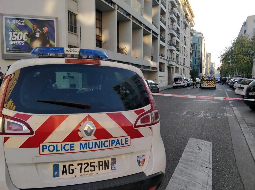 Полиция оцепила район, ведутся поиски стрелка.