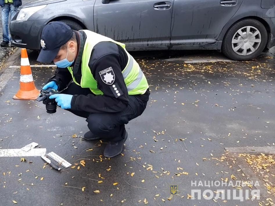 Поліцейський фотографує знаряддя злочину – ніж