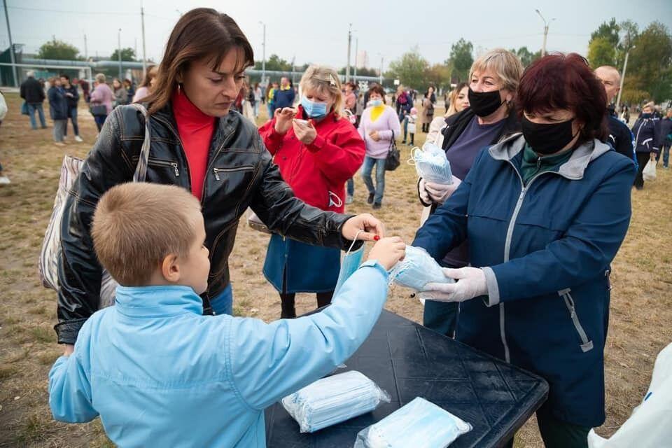 Посетителям концерта раздавали маски, однако не все люди их надевали
