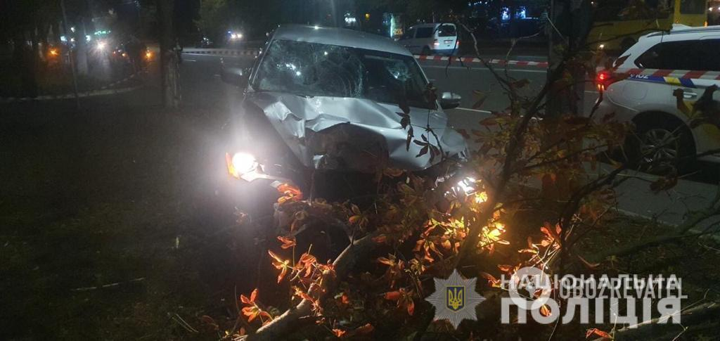 """Коп на авто врізався в дерево після того, як збив жінок на """"зебрі"""""""