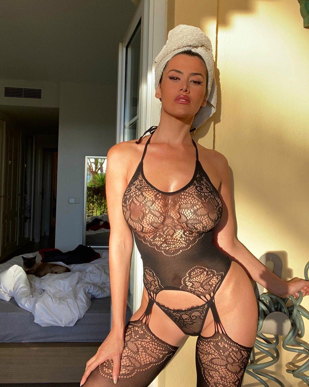 Єва Падлок в прозорому одягу