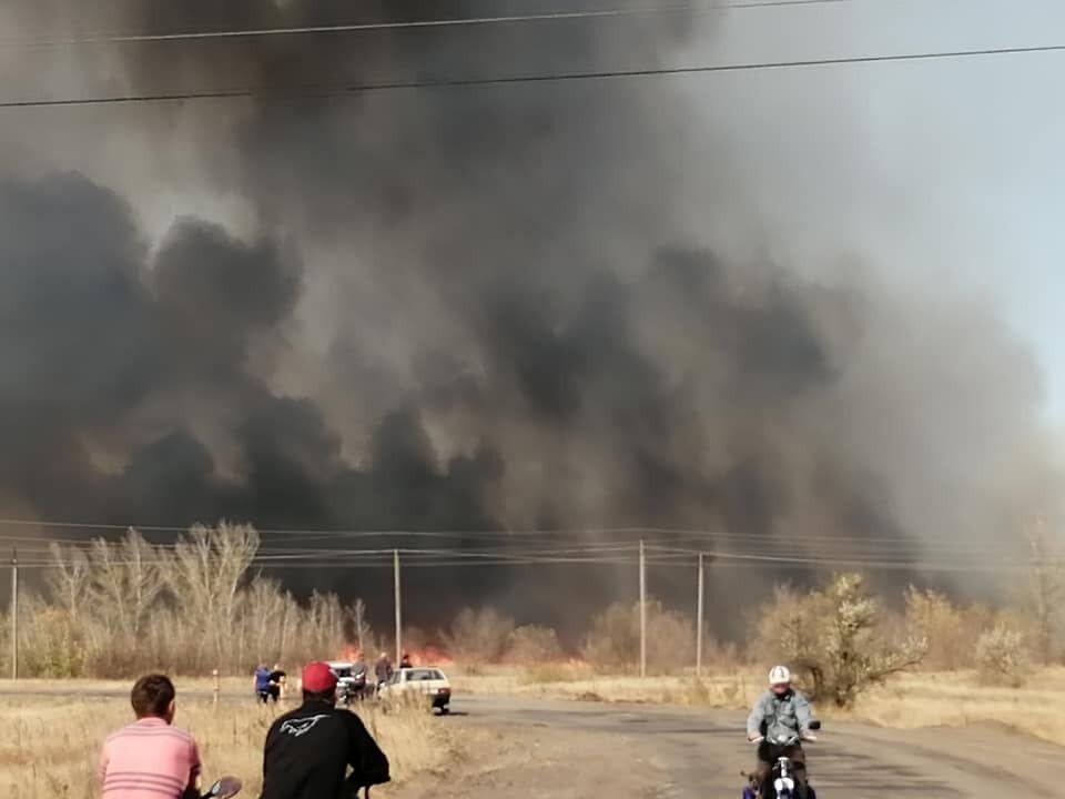 Пожежа виникла між селами Нижньотепле та Артема Станично-Луганського району.
